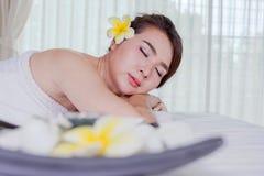 温泉秀丽皮肤白色毛巾的治疗妇女 华美的beautif 库存照片