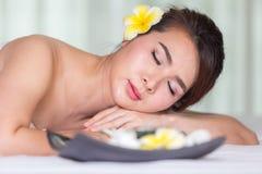 温泉秀丽皮肤白色毛巾的治疗妇女 华美的beautif 图库摄影