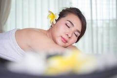温泉秀丽皮肤白色毛巾的治疗妇女 华美的beautif 免版税图库摄影