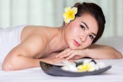 温泉秀丽皮肤白色毛巾的治疗妇女 免版税库存照片