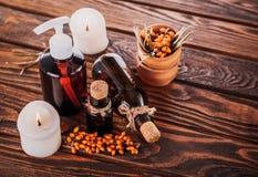 温泉精华包括海鼠李、柠檬和姜油和蜡烛 有机化妆用品概念 库存图片