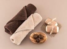温泉肥皂、豪华毛巾和咖啡巴恩炸弹 免版税图库摄影