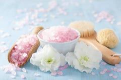 温泉芳香疗法设置了与杜娟花花和草本盐 图库摄影