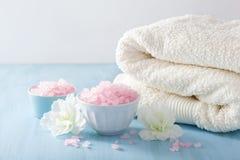 温泉芳香疗法设置了与杜娟花花和草本盐 免版税库存图片