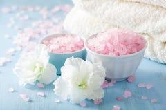 温泉芳香疗法设置了与杜娟花花和草本盐 库存图片