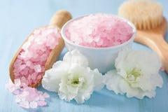 温泉芳香疗法设置了与杜娟花花和草本盐 免版税图库摄影