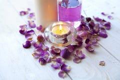 温泉设置、蜡烛、桃红色玫瑰、健康和秀丽关心 免版税库存图片