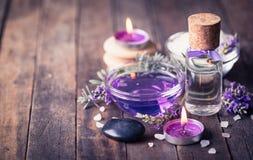 温泉设置与淡紫色芳香疗法油 免版税库存照片