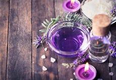 温泉设置与淡紫色芳香疗法油 免版税库存图片