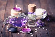 温泉设置与淡紫色芳香疗法油 库存图片