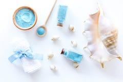 温泉设置了与浴和壳白色背景顶视图大模型的蓝色海盐 库存照片