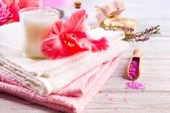 温泉设置了与花、蜡烛、肥皂和按摩盐在木背景 库存图片