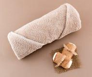 温泉豪华毛巾和手工制造肥皂 免版税图库摄影