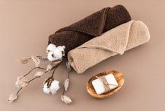 温泉豪华毛巾和手工制造肥皂 免版税库存图片