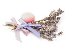 温泉辅助部件,两束淡紫色,在白色的蜡烛 库存图片