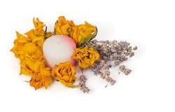 温泉辅助部件,染黄干玫瑰用淡紫色和蜡烛 库存照片
