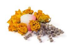 温泉辅助部件,染黄干玫瑰用淡紫色和蜡烛 免版税图库摄影