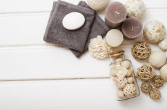温泉静物画-一块肥皂和毛巾在木背景 库存图片