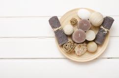 温泉静物画-一块肥皂和毛巾在木背景 库存照片