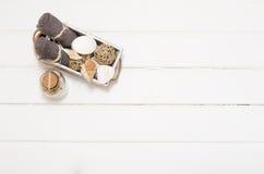 温泉静物画-一块肥皂和毛巾在木背景 免版税库存图片