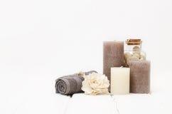 温泉静物画-一块肥皂和毛巾在木背景 免版税图库摄影