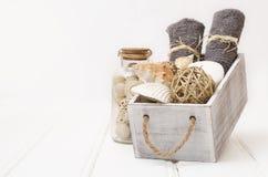 温泉静物画-毛巾和肥皂在一个老箱子 库存照片