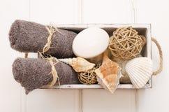 温泉静物画-毛巾和肥皂在一个老箱子 免版税库存图片