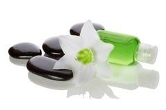 温泉项目-液体肥皂、石头和花 库存图片
