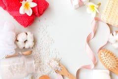 温泉题材框架在白色背景反对 腌制槽用食盐、梳子、桃红色毛巾和棉花开花与拷贝空间 库存照片