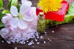 温泉 与海盐的花 肥皂用在一木backgrou的果子 库存照片