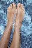 温泉-女性腿按摩用被供气的水 免版税库存照片