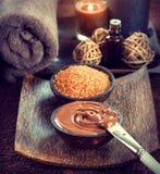 7温泉 巧克力面具,腌制槽用食盐,红糖洗刷 免版税库存图片