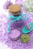 温泉结构的腌制槽用食盐和蜡烛 库存照片