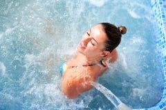 温泉水疗法妇女瀑布喷气机 库存照片