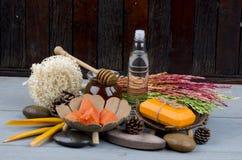 温泉治疗的番木瓜肥皂。 免版税库存照片