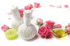温泉治疗的草本压缩球与玫瑰色花 免版税库存图片