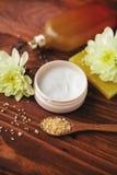 温泉治疗设置了与在木桌上的芳香油 图库摄影