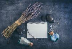 温泉治疗-身体关心 aromatherapy淡紫色 免版税库存图片