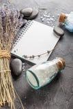 温泉治疗-身体关心 aromatherapy淡紫色 免版税图库摄影