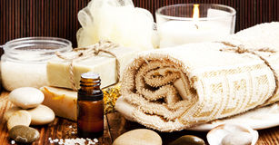 温泉 自然肥皂、精华油和毛巾 库存照片