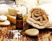 温泉 自然肥皂、精华油和毛巾 免版税库存图片