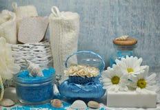 温泉-芳香海盐和有气味的肥皂、有气味的蜡烛和按摩油和辅助部件按摩和浴的 图库摄影