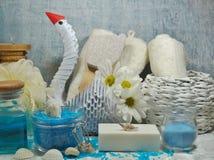 温泉-芳香海盐和有气味的肥皂、有气味的蜡烛和按摩油和辅助部件按摩和浴的 库存图片