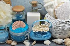 温泉-芳香海盐和有气味的肥皂、有气味的蜡烛和按摩油和辅助部件按摩和浴的 免版税库存照片