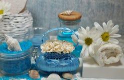 温泉-芳香海盐和有气味的肥皂、有气味的蜡烛和按摩油和辅助部件按摩和浴的 免版税库存图片