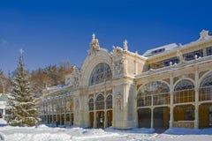 温泉主要柱廊在冬天- Marianske Lazne -捷克 免版税库存照片