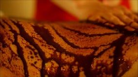 温泉tratment与洗刷用咖啡和巧克力在身体局部 股票录像