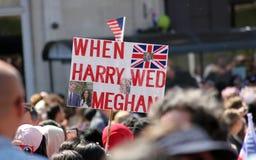 温莎,英国, 5/19/2018 :在婚姻梅格汉・马克尔和哈里王子以后拥挤场面在温莎城堡之外的 免版税库存图片