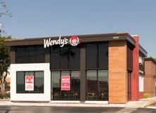 温迪` s快餐餐馆外部和标志 温迪` s是与大约的世界` s第三大汉堡包快餐链子 免版税图库摄影