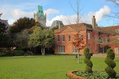 温彻斯特,英国:市政厅的上面的看法与一个公园的前景的 库存照片
